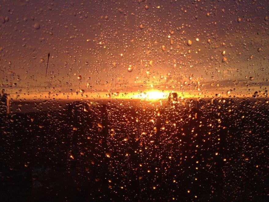 Atardecer con gotas de lluvia
