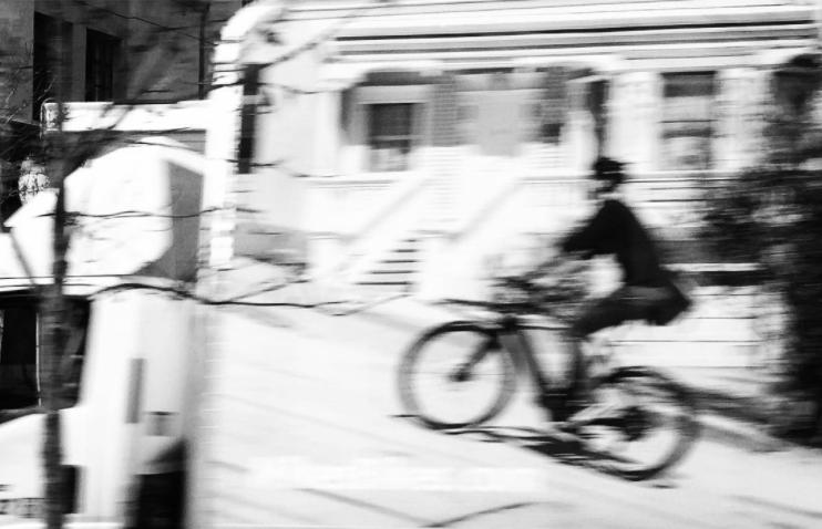 Mujer andando en bicicleta fuera de foco